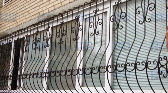 Кованые решетки на балкон Существует множество преимуществ проживания на первом этаже многоэтажного дома, но в этом случаи необходимо более ответственно подойти к защите своего жилья, устанавливая надежные решетки на окна. Особого внимания к себе требует балкон. В отличие от обычных окон, решетки на балкон требуют особого подхода, например - изменение дизайна решетки или специфическое крепление рамки. Выбор дизайна Выглядывая в окно, человек не должен ощущать себя пленником собственной квартиры. Таким образом, что бы добиться эстетически привлекательного внешнего вида, многие покупатели приобретают кованые решетки на балкон. В производстве таких решеток обычно используются кованые элементы, предавая изделию более изысканный вид. Выбирая понравившуюся модель на нашем сайте, вы можете заказать ее под любой диаметр оконного проема. Наши специалисты произведут замеры и адаптируют конструкцию даже под самые нестандартные окна. Это особенно актуально в случаи с балконом. Взять, к примеру, модель «Солнышко», будет не очень красиво, если каждая новая секция изделия будет повторять однообразный дизайн. Для достижения более привлекательного вида, будет правильно развернуть одну решетку так, что бы предать узору симметричный внешний вид. В прочем, будет проще выбрать конструкцию с однотипным дизайном, например «Тростник» или «Барашек». Сварные и кованые решетки на балкон Оба вида решеток скрепляются при помощи сварки, различие лишь в том, что в кованых решетках для балкона используют декоративные элементы, изготовленные при помощи ковки. Обычно кованые элементы представляют собой: различные завитки, листики, гроздья винограда, еловые шишки и т. д. Стоимость решеток на балкон Чем больше оконный проем, тем выше стоимость изделия, не говоря уже про оплату установки. Особенно высокой цены могут достигать кованые решетки на балкон. Что бы хоть как-то уменьшить ценник можно подобрать боле экономичные материалы, например использовать для изготовления конструкции 8 мм. прутки. Стоит т